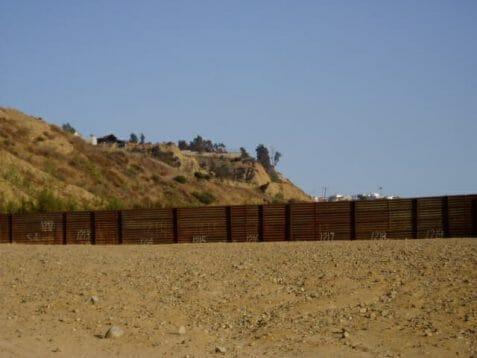En esta nota informamos sobre el aumento de cruces en la frontera México Estados Unidos. La imagen es de la frontera.