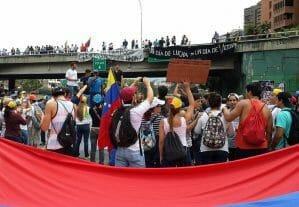 La nota informa sobre la situación de los venezolanos en Estados Unidos. La foto es de manifestaciones por aspectos económicos y políticos.