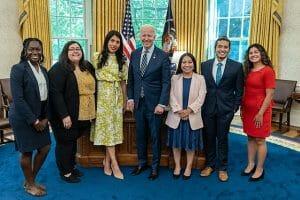 En la nota informamos de los derechos que tienen los beneficiarios de permisos de trabajo DACA. La imagen es de Mayo de este año cuando el presidente Biden recibió a un grupo de Dreamers.