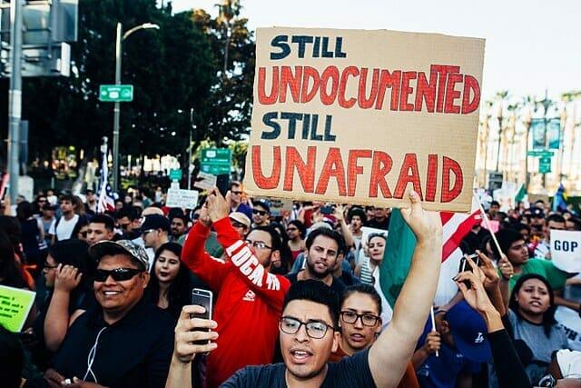 Nota sobre las ciudades santuario en Estados Unidos. La imagen es de una manifestación a favor de los migrantes.