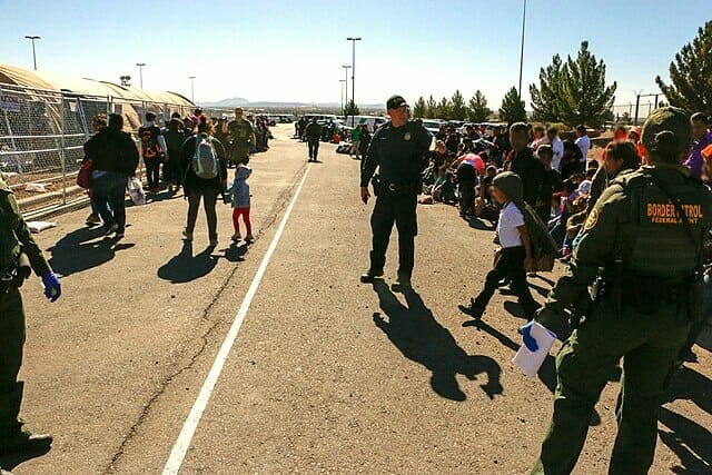 Nota sobre las últimas noticias de inmigración hoy informando que el DHS hará controles de inteligencia a los migrantes. La imagen corresponde a la frontera