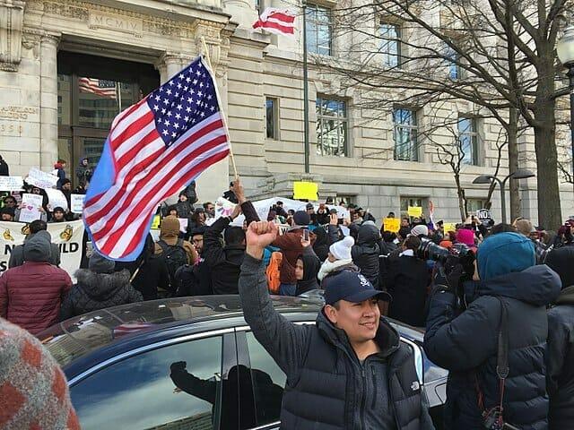 Nota sobre la manifestación de trabajadores migrantes esenciales en favor de la reforma migratoria. La imagen es acorde.